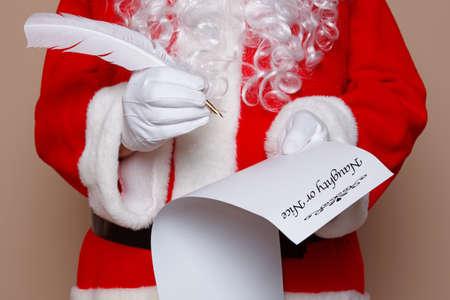 bella: Babbo Natale in possesso di una penna d'oca, mentre il controllo della lista dei cattivi o bello.