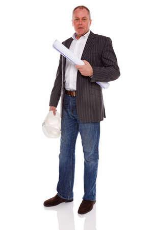 surveyor: Un arquitecto o topógrafo con una chaqueta y los pantalones vaqueros que sostienen los planes de construcción y casco casco, aislado en un fondo blanco.