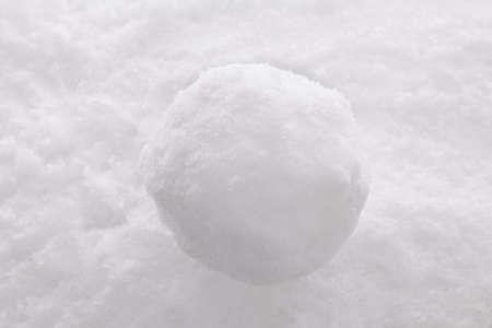 boule de neige: Une boule de neige unique sur un fond de neige.