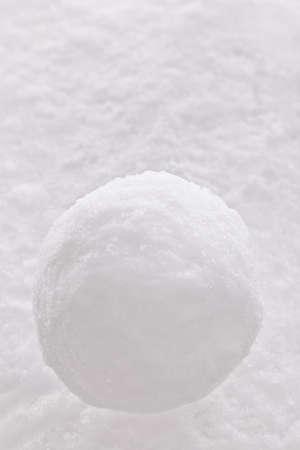 palle di neve: Una sola palla di neve su uno sfondo di neve.