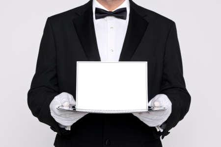 black tie: Mayordomo que sostiene una tarjeta en blanco sobre una bandeja de servicio de plata, a�adir su propio mensaje.