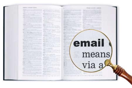 enlarged: Una lente di ingrandimento poggiata su un dizionario guardando la parola e-mail allargato Archivio Fotografico