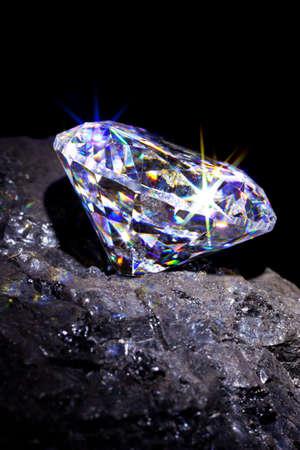 diamante negro: Solo diamante de corte en un trozo de carb�n para simbolizar los dos es a base de carbono, estudio tiro contra un fondo negro.