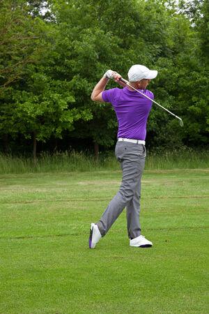Mannelijke golfer een mid ijzeren schot vanaf de rand van de fairway, serie van vier beelden van het aanpakken van de bal naar de follow-through.