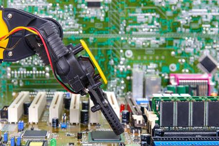 mano robotica: Brazo robótico instalación de un chip de computadora