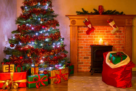 A living room on Christmas Eve with presents under the tree, a mince pie and glass of milk on the fireplace waiting for Santa. Standard-Bild