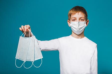 niños enfermos: Boy máscara de protección que llevaba sugiriendo máscaras
