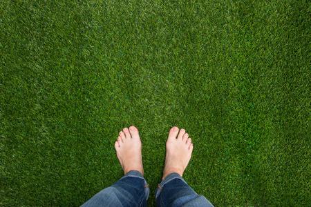 pies masculinos: Pies para hombre de pie sobre la hierba Foto de archivo