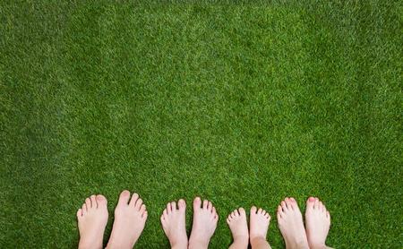benen Family staan samen op het groene gras