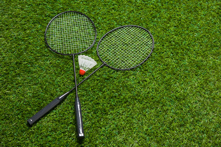 competitive sport: Crossed badminton rackets lying on the grass