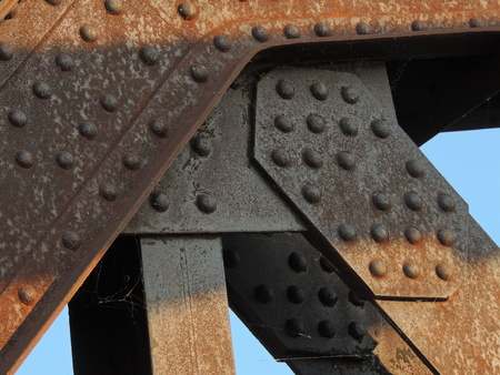 오래 된 다리 요소 접합 녹이 덮여
