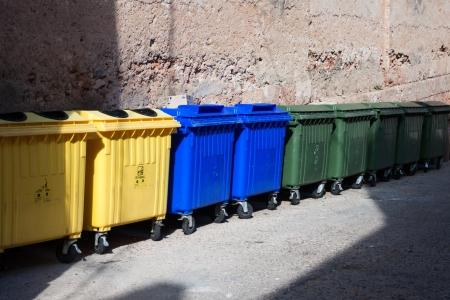 separacion de basura: tres tipos de pl�stico reciclado de contenedores de basura grandes en la calle Foto de archivo