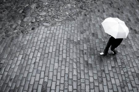 yağmurlu: Kaldırım taşı yolda yağmur şemsiye ile Kadın Stok Fotoğraf