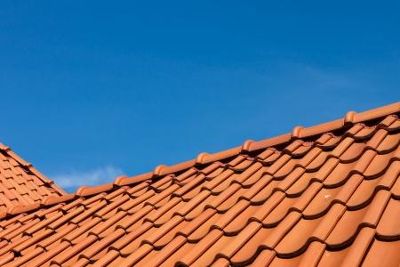 Modelo del azulejo de azotea, de cerca más de cielo azul