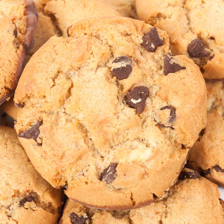cikolatali: Chocolate chip cookies isolated on white background