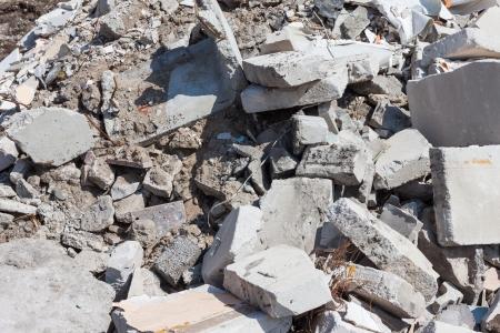 工事現場でコンクリートの瓦礫の破片