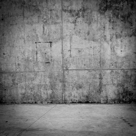 지저분한 콘크리트 벽을 배경으로 돌 바닥 방