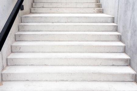 bajando escaleras: Edificio de hormig�n moderno abstracto - escalera composici�n