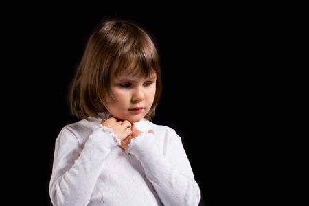 petite fille triste: closeup portrait d'une petite fille triste Banque d'images