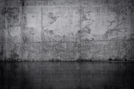 mojada: Sucio muro de hormigón oscuro y suelo mojado