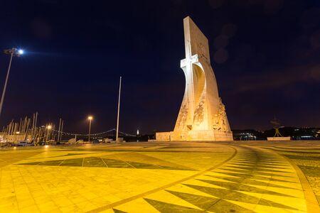 discoverer: Padrao dos Descobrimentos (Monument to the Discoveries), Lisbon, Portugal, at night Foto de archivo