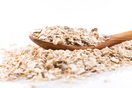 avena en hojuelas: De grano entero, aplastado copos de avena con cuchara de madera Foto de archivo