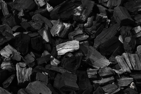 carbone: Il carbone minerale nero come sfondo cubo di pietra