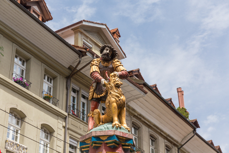 schweiz: slaying the lion, 16th century traditional colourful fountains & statues in the old city of Bern, Switzerland