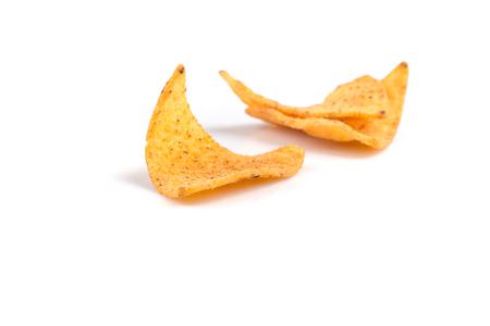 comida chatarra: virutas de los nachos de maíz mexicanos, aisladas sobre fondo blanco