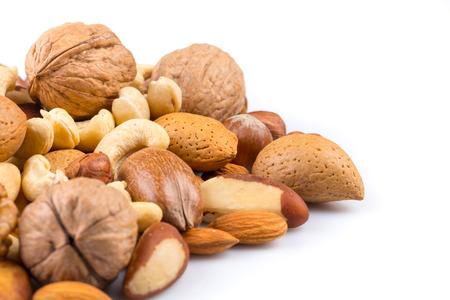 Verscheidenheid van gemengde noten op een witte achtergrond
