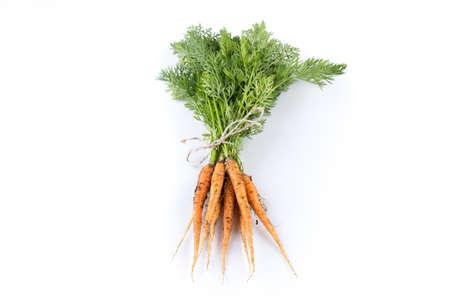 zanahorias: montón de zanahorias recién elegido aislado en blanco