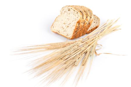 tranches de pain: pain frais et de bl� sur fond blanc