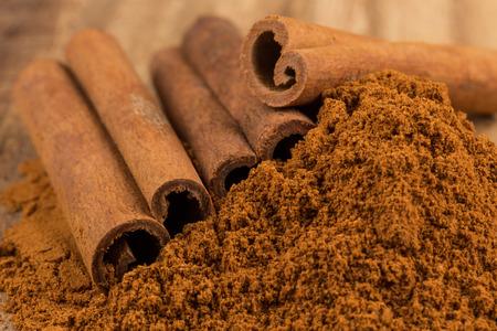 Cinnamon sticks with cinnamon powder Foto de archivo