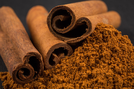 Cinnamon sticks with cinnamon powder Imagens
