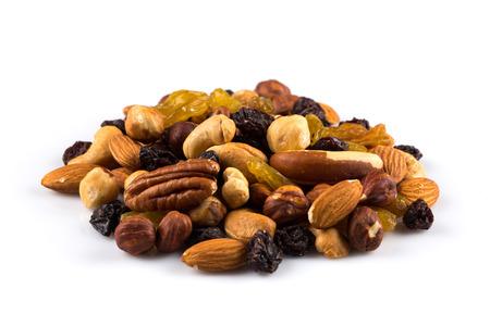 frutas secas: Mezcla de nueces y frutos secos sobre un fondo blanco Foto de archivo