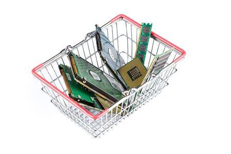 carretilla de mano: carrito de la compra lleno de materia de la computadora en el fondo blanco