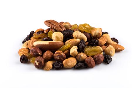 frutas secas: Mezclar las nueces y frutos secos sobre un fondo blanco Foto de archivo