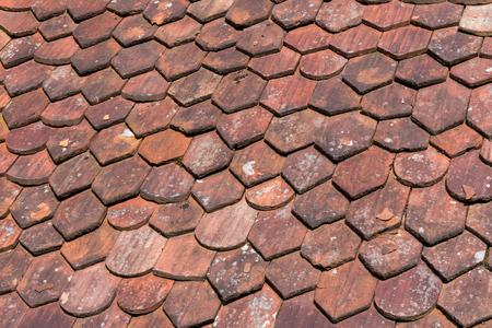 shingles: viejo techo de tejas textura para un fondo