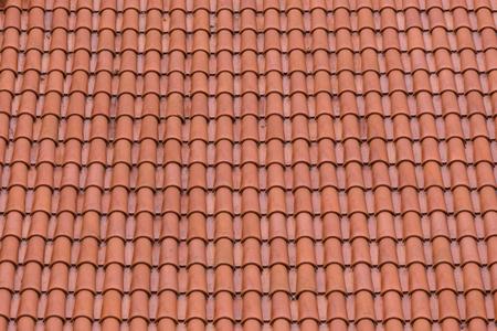 Gros plan des tuiles d'argile rouge en toile de fond