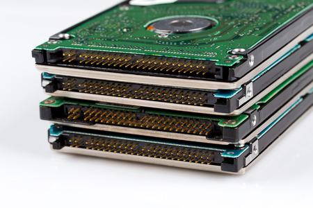 ferraille: déchets électroniques disque dur - isolé sur fond blanc
