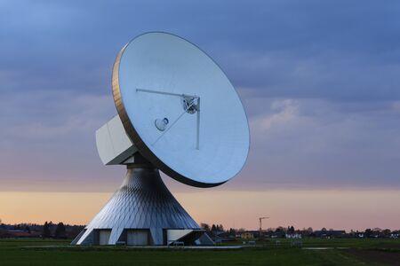 antena parabolica: antena parabólica en la puesta de sol