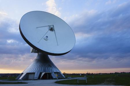 antena parabolica: antena parab�lica en la puesta de sol