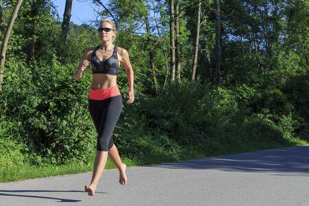 pies descalzos: Una mujer corriendo descalzo