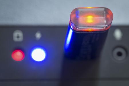 leds: una memoria USB y luminosa LED brillantes Foto de archivo