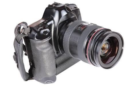 白い背景で隔離の古いフィルム カメラ