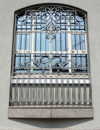 venster van gebouw met raster op dag Stockfoto
