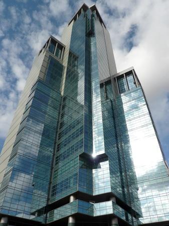 晴れた日にオフィスビルの端