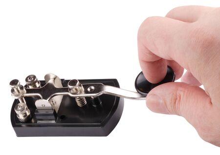 Mano con chiave Morse isolata