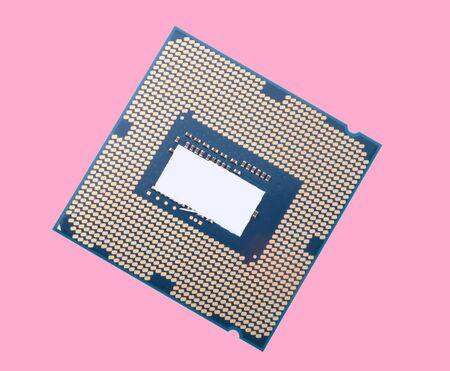 zentrale Prozessoreinheit auf rosa Hintergrund isoliert Standard-Bild