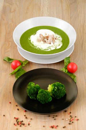 ? Bord smakelijke hete soep met broccoli Stockfoto
